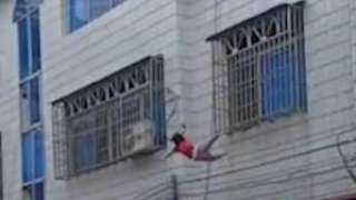 شاهد لحظة سقوط طفلة من نافذة في الطابق الرابع وتنجو