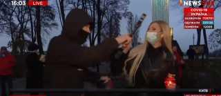 بالفيديو.. مراسلة تتعرض لهجوم في كييف أثناء البث المباشر
