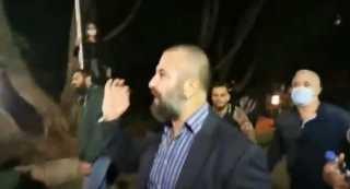 "شاهد.. متظاهرون يطاردون حاكم مصرف لبنان ويصفونه بـ""السارق"""