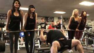 بالفيديو.. إدوارد هال يرفع 4 فتيات بدلا من الأوزان خلال تدريباته