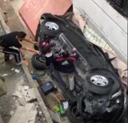 بالفيديو.. انتشال أطفال أحياء بعد سقوط سيارة وتحطمها في لبنان