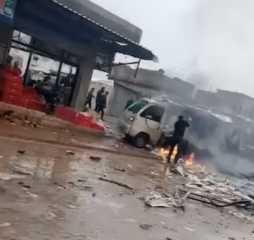 بالفيديو.. قتلى وجرحى بانفجار عبوة ناسفة في سيارة لتوزيع الخبز بريف حلب بسوريا