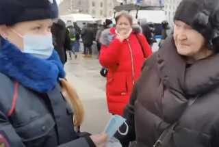 بالفيديو.. الشرطة توزع الكمامات على المتظاهرين في موسكو