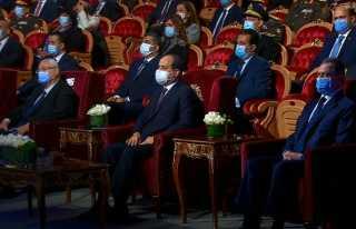 شاهد.. تأثر الرئيس السيسي كاد أن يبكي أثناء عرض مسرحي مبهر عن بطولات الشرطة