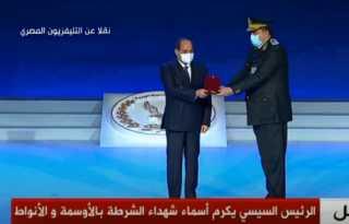 بالفيديو.. الرئيس السيسي يكرم عددا من ضباط الشرطة بمنحهم أنواط الامتياز