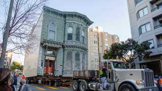 """بالفيديو.. نقل منزل """"فكتوري"""" من شارع إلى آخر بتكلفة 400 ألف دولار"""