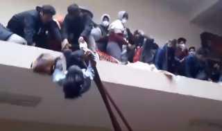 بالفيديو..  انهياراً دموياً لطابق والطلاب يتساقطون واحداً بعد آخر