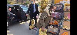 بالفيديو والصور.. السيسي يوجه بعلاج بائع فاكهة ومساعدة اثنين آخرين