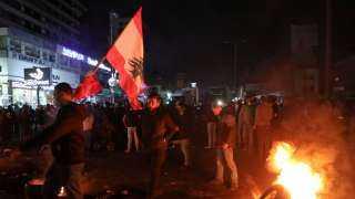 لبنان.. قطع الطرقات في جميع أنحاء البلاد احتجاجا على تردي الأوضاع المعيشية وتدهور العملة