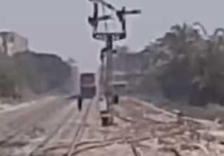 شاهد.. السكة الحديد : يقظة قائد قطار تُنقذ حياة سيدة ألقت بنفسها أمام القطار أثناء مسيره