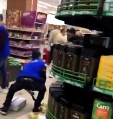 """بالفيديو.. لبنان..حالة جديدة من """"الهرج والمرج"""" في سوبرماركت بسبب الزيت المدعوم"""