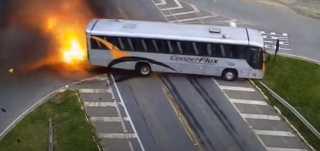 بالفيديو..لقطات مروعة لسحق سيارة أجرة بين حافلة وشاحنة وقود في البرازيل