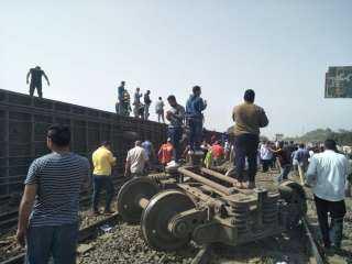 بالصور والفيديو .. خروج قطار عن القضبان بالقرب من محطة طوخ فى القليوبية