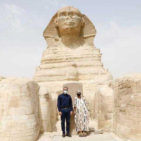 وزير السياحة يلتقي بـ جلوريا والكر في أول أيام تحقيق حلمها بزيارة منطقة أهرامات الجيزة