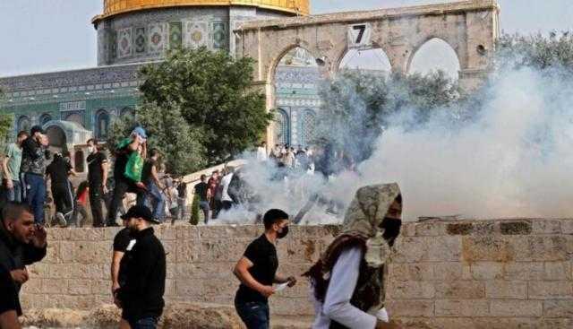 القدس ساحة حرب.. مئات الاصابات وعشرات المعتقلين في باحات الأقصى