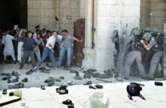 مئات الإصابات في صفوف المقدسيين المرابطين في الأقصى جراء اقتحام قوات الاحتلال