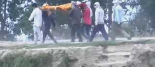 شاهد.. هنود يلقون جثث ضحايا كورونا في الأنهار خوفا من المرض
