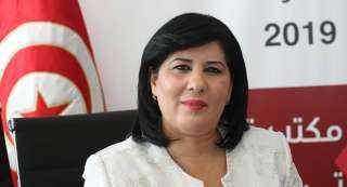 """شاهد.. لحظة سقوط عبير موسي في """"نافورة"""" قبالة البرلمان التونسي"""