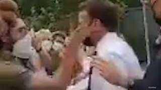 شاهد..لحظة تلقي ماكرون صفعة أثناء زيارته جنوب شرق فرنسا