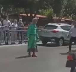 """بالفيديو.. إيران.. مواطن يمتطي حصانا ويحمل سيف """"ذو الفقار"""" يدعي أنه """"المهدي المنتظر"""""""