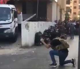 بالفيديو.. اشتباكات مسلحة في بيروت بين (حزب الله وحركة امل) ضد (القوات اللبنانية)