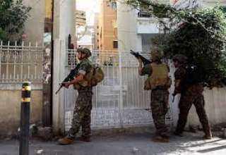 بالفيديو.. الجيش اللبناني يلقي القبض على أحد القناصين في محيط منطقة الطيونة